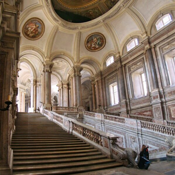 Grand-staircase-og-Honnor.-Photo-Credit-598x640